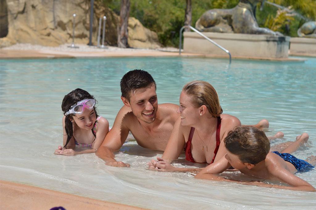 familia-piscina-grand-luxor-hotel